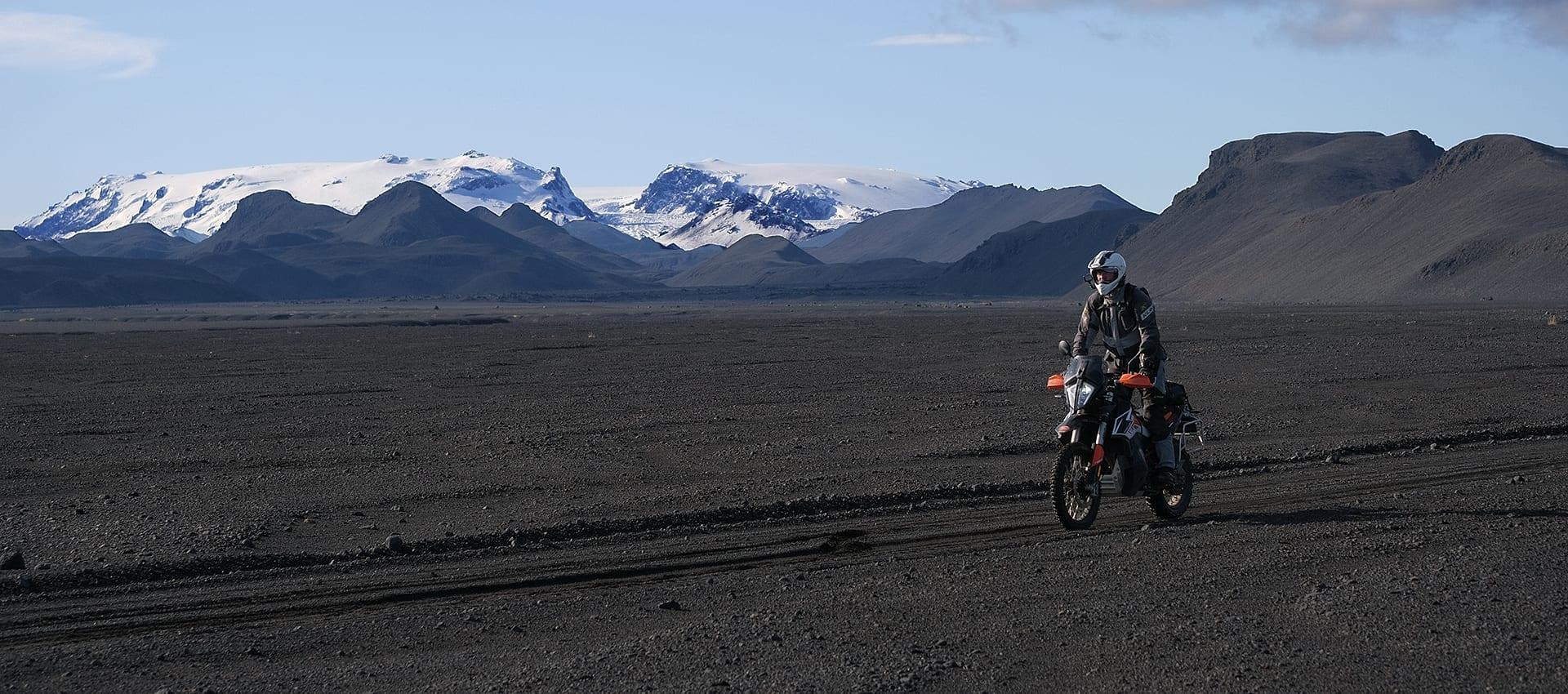 Download de gratis brochure van de onze unieke motorreis dwars door het binnenland IJsland
