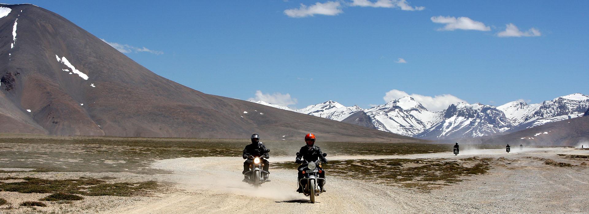 Motorreis door de Himalaya op een Royal Enfield motor
