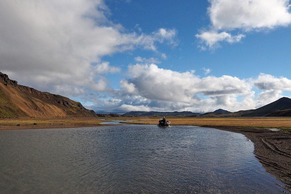 Motorreis-IJsland-Travel2Explore Rivierdoorwading met 35 graden warm water.