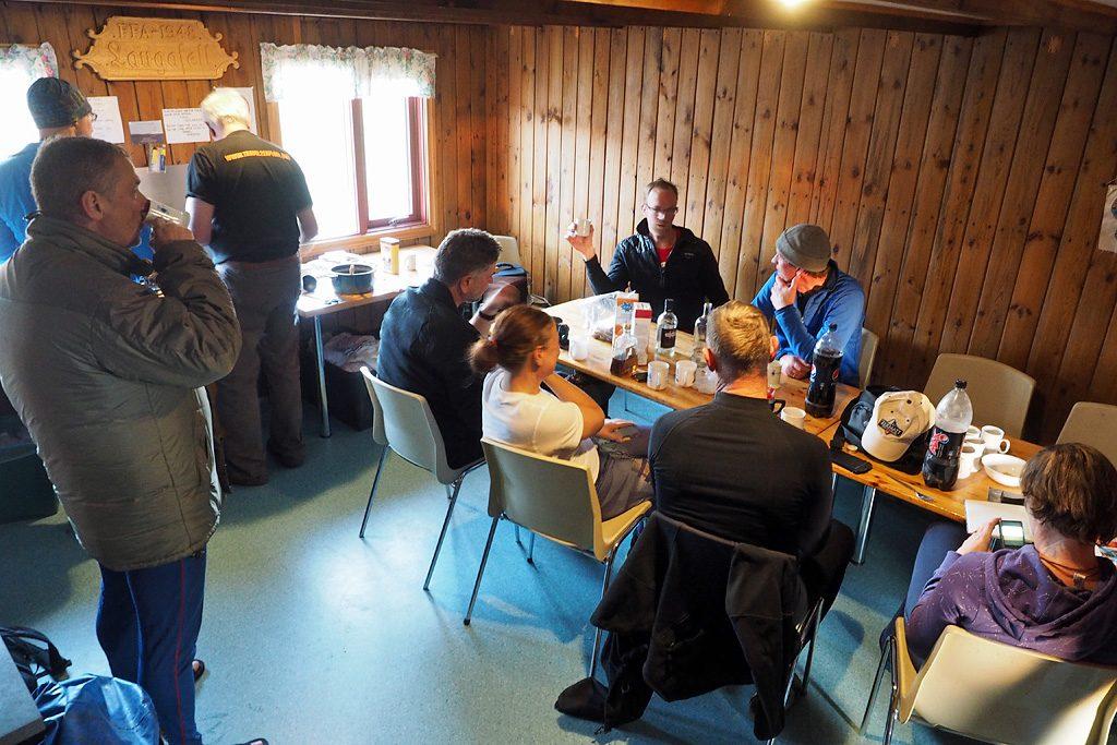 Eten in eenvan de berghutten die tijdens de motorreis IJsland wordt aangedaan.