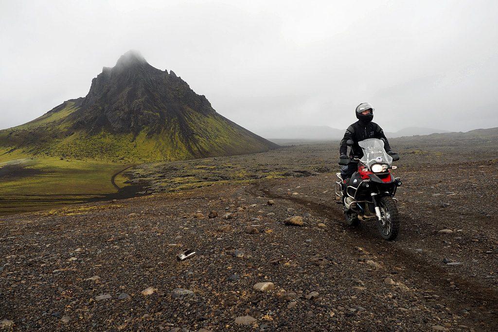 Motorreis-IJsland-Travel2Explore over het lava
