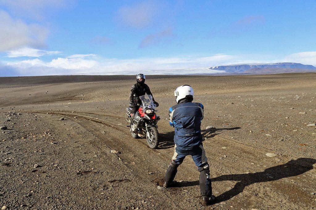 Motorreis-IJsland-Travel2Explore met op de achtergrond de Myrdarsjukoll