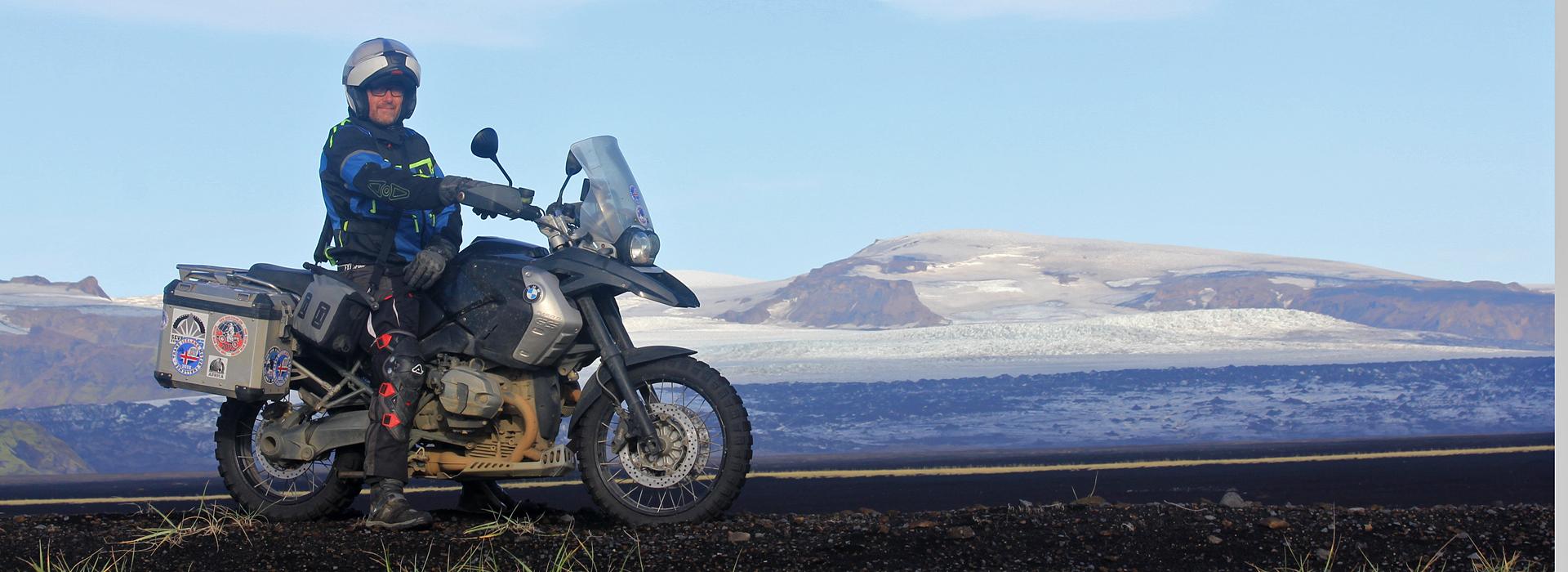 IJslandkenner Paul Duijf op de motor in IJsland aan de voet van de Vatnajokull