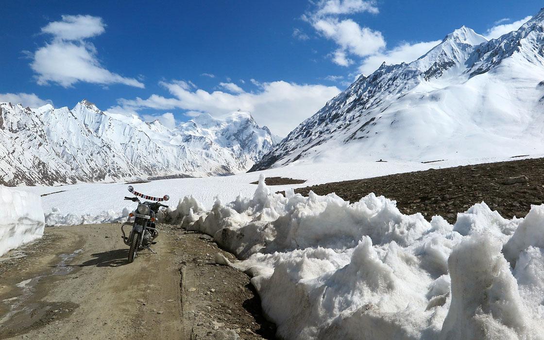 Veel sneeuw tijdens de motorreis de Zanskar Motor Challenge door de Himalayamalaya