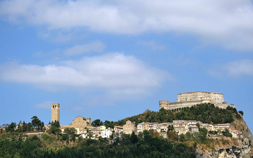 Motorreizen Italie Le Marche uitzicht op San Leo Travel 2 Explore motorreizen