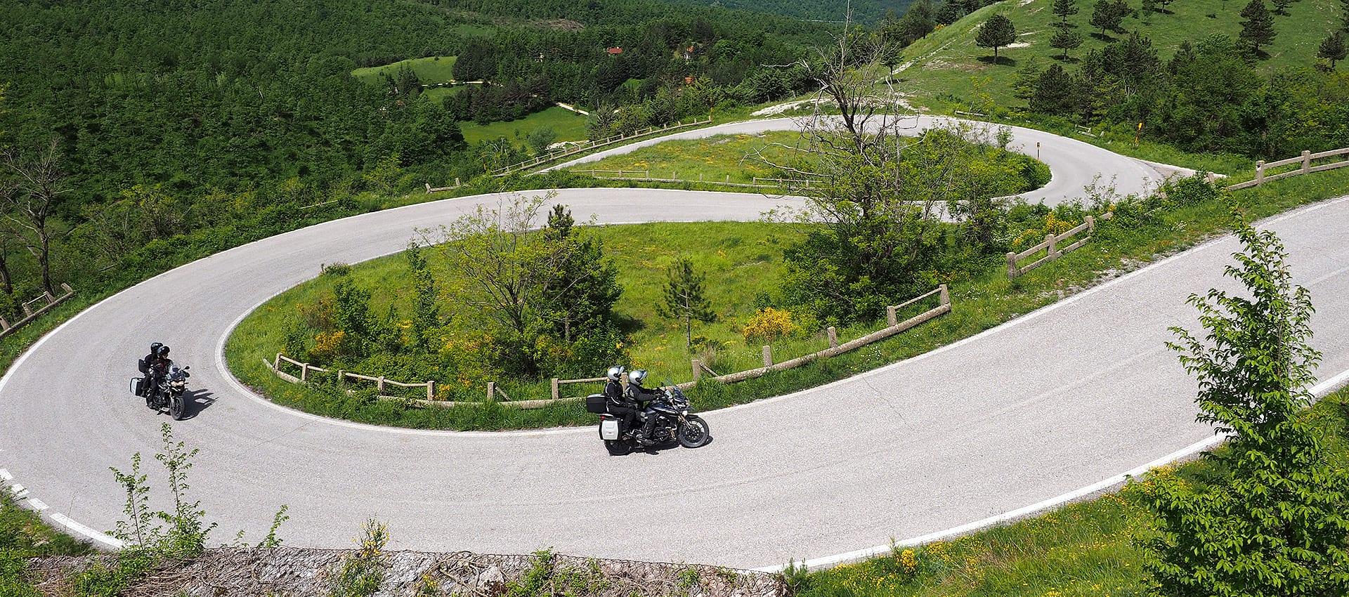 Motorreis Italie bochtendraaien door het landachp van Le Marche en Umbrië
