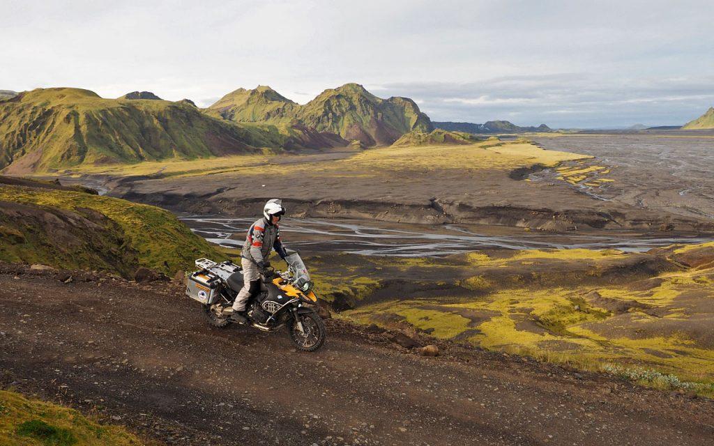 Alt tekst IJsland Tijdens de motorreis dwars door het binenland van IJsland passeren we spectaculaire landschappen