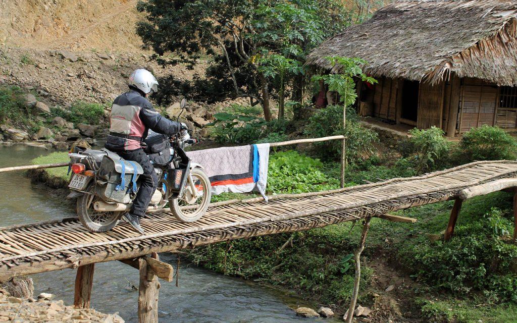 Over smalle wegen en bruggen tijdens onze motorreis Vietnam