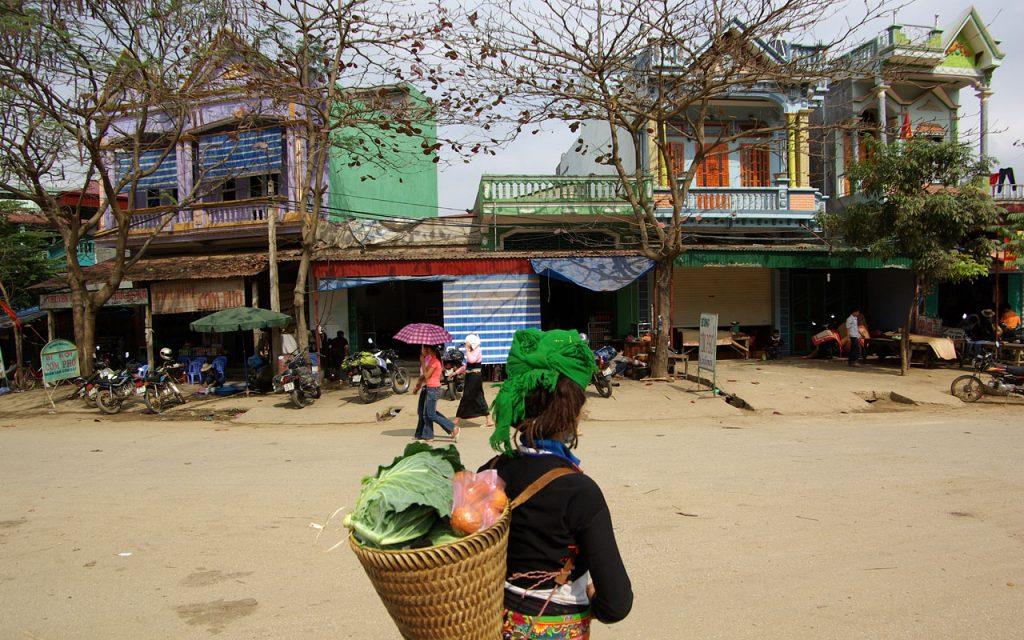 Typisch Vietnamees stadsleven tijdens de motorreis door Noord-Vietnam met Travel2Explore