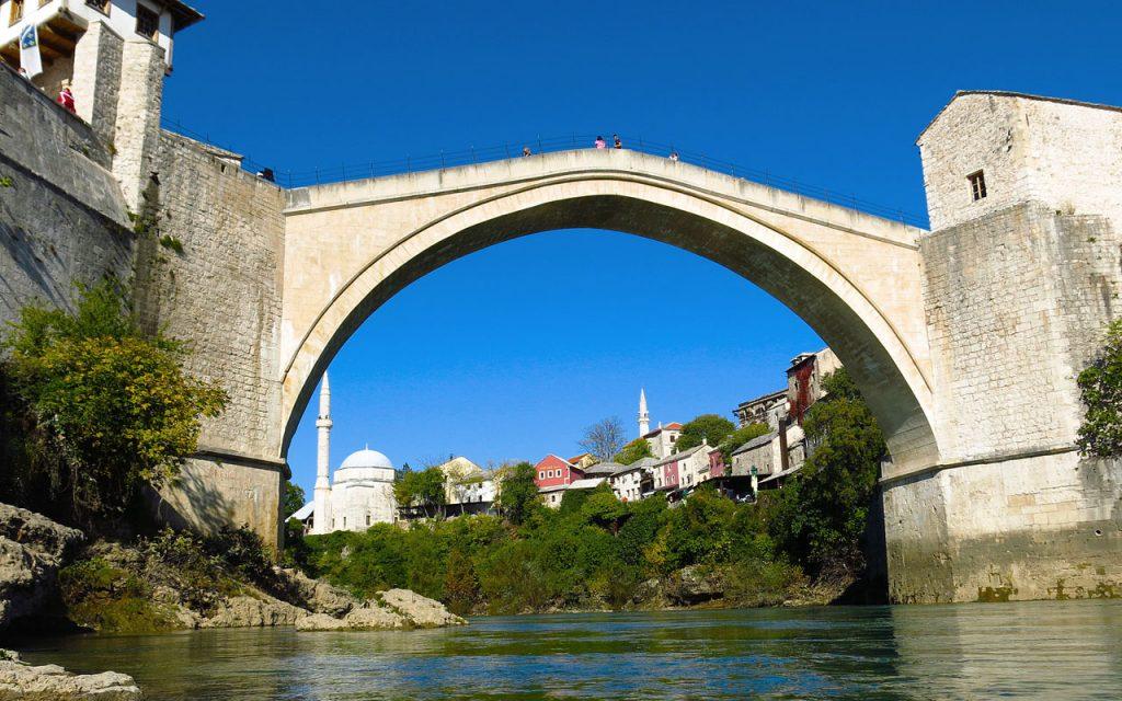 De wereldberoemde brug in het eeuwenoude plaatsje Mostar