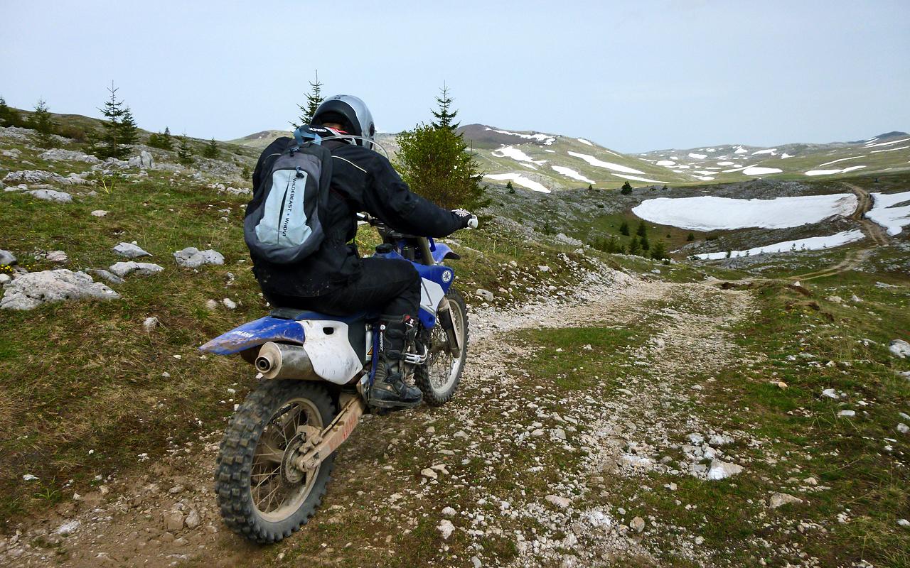 Offroad motorreis door de bergen van onbekend Bosnie. 8 dagen offroad rijden met Travel 2 Explore