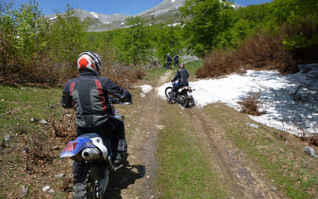 Zonm sneeuw en blauwe luchten tijdens de offroad motorreis in Bosnie