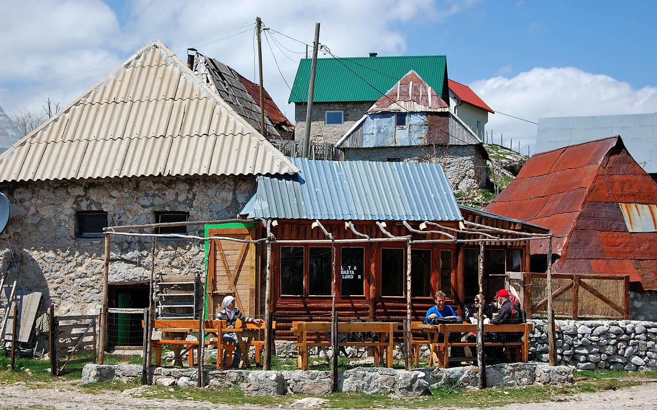 Tijdens deze motorreis lunchen we ook in het hoogste dorp van Bosnie
