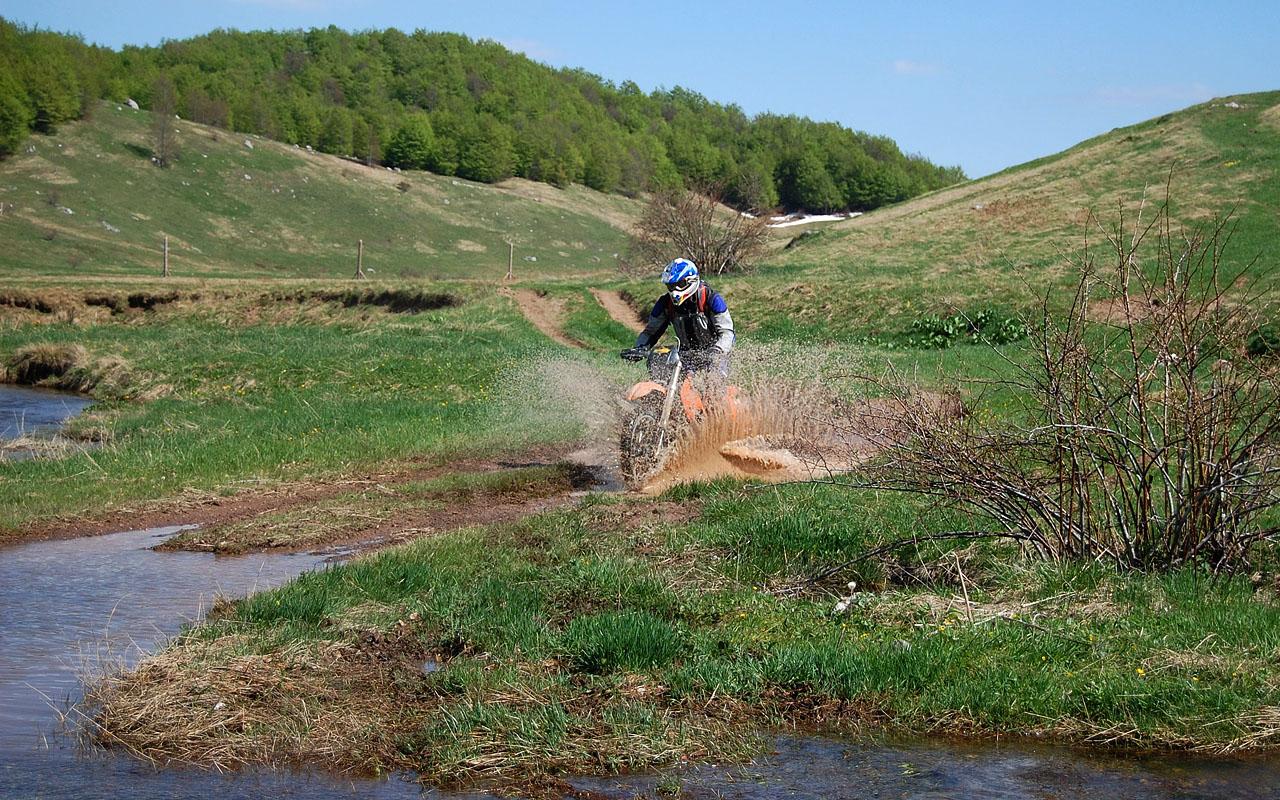 Bosnie offroad motorreis gaat over onverharde tracks en door riviertjes