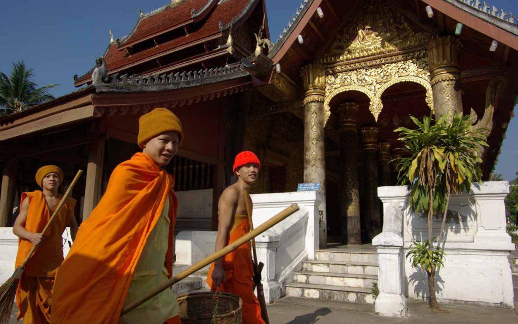 Monniken tijdens onze motorreis Laos-Vietnam