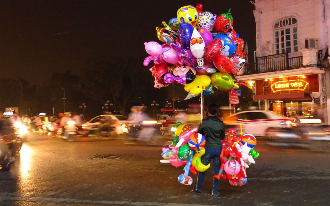 Bruisende straten tijdens onze rondreis per motor door Laos-Vietnam