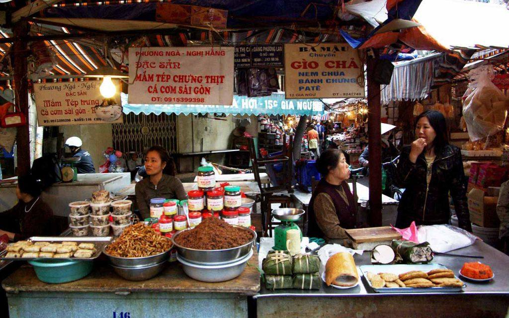 Boerenmarkt in Hanoi tijdens de motorreis door Vietnam met Travel 2 Explore